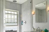 这个充满现代化的浴室和窗外的岩石海滩形成了鲜明的对比(实习编辑:温存)