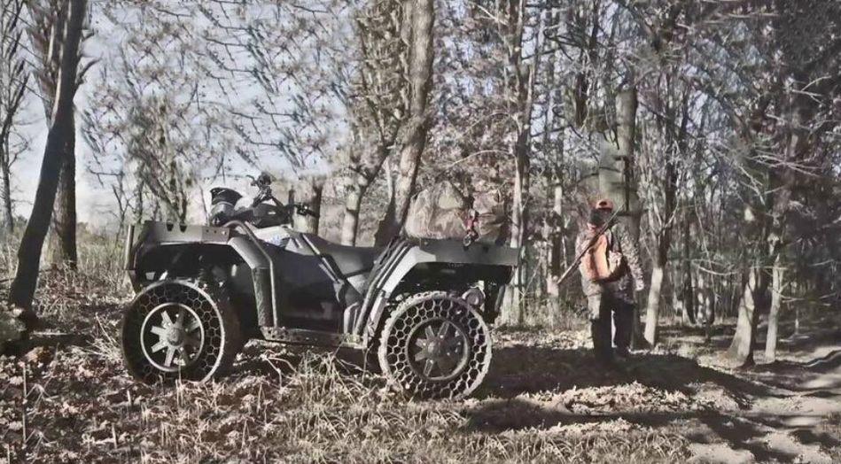 世界首辆非充气轮胎全地形汽车 富豪们的大玩具 - 人在上海    - 中国新闻画报