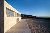 作为欧洲大陆的最南端西班牙小镇Tarifa 受到了旅游爱好者的欢迎。古罗马遗址仍巍然屹立在优美的Cadiz港口,许多未经证实的神话和传说的来源在这里流传。受到这个海岸的神奇色彩的启发,建筑师Alberto Campo Baeza设计了这个迷人的房子。房子采用开放式设计,可以俯瞰到壮观的大西洋,高架水平面有20米长和36米多深,壮观的泳池让整个家变得充满吸引力,享受阳光和海浪,你心动了吗?(实习编辑:温存)