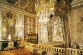 18世纪,洛可可风格几乎侵袭了宫廷贵族精神生活的一切领域,不论是绘画、雕塑,还是宫殿装饰,家具与服饰,无不以这种洛可可风格为好尚。在建筑艺术上多表现为造型的比例关系偏重于高耸和纤细,以不对称代替对称,频繁地使用形态与方向多变的曲线和弧线,排斥了以往那种端庄和严肃的表现手法。这是18世纪法国宫廷封建贵族追求奢侈享乐生活的结果,是财富与权势结合的必然产物。(实习编辑:温存)