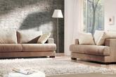 布艺沙发:布艺沙发是剧中主人公的最爱,结束一天的工作后,这往往是闲聊吐槽的绝佳地点,而深色系的抱枕搭配浅色沙发,也可以让原本朴素的布艺展现大方简洁的感觉。