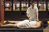 """据报道,地铁站外的气温已达到29℃,而当进入地铁站内,气温不断攀升,达到35°C。如此的闷热激发了Improv Everywhere的灵感,他们在地铁站内""""安装""""了一个桑拿浴室,一个按摩区。"""
