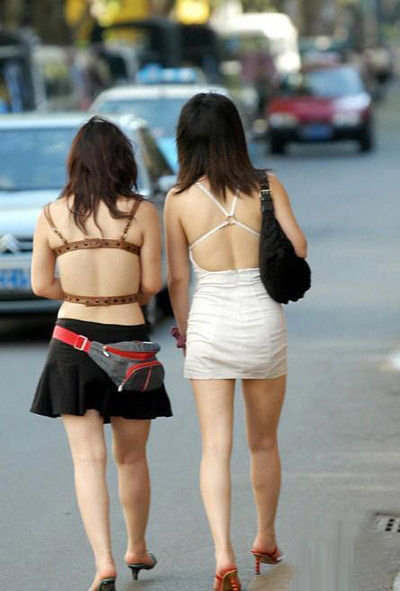 重庆40度美女街拍 短裙裸背露脐装图片