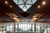 销售中心是现代感的山海城市休闲度假风格建筑。设计形塑了一个大隐于市之空间场域。应用现代简洁的设计语汇,营造急剧张力的空间感受,用强感召力引领宾客步入室内。设计不仅考虑到严密的空间组织、丰富的空间材质控制与色彩应用效果,更在 FFE 饰品设计中选取自然材质,融入海的元素和法国南部极具代表性的文化艺术特征进行意趣天然的创作。(实习编辑:温存)