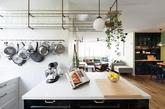 半开放式的厨房,从客厅与餐厅看不到的墙面,打造符合复古风格的铜制铁架,将平常用不到的锅碗瓢盆,或是瓶瓶罐罐往上堆叠,收纳看得到也可降低重复购买的机率。(实习编辑:温存)