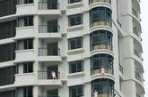 业主挂充气娃娃抗议的事件不止一例。26日下午,网上流传着一张图片,在温州一栋在建的高楼上,挂着10多个真人大小的充气娃娃,远看就像有人在集体跳楼。苍南人谢先生说,这些充气娃娃是他们为了维权挂上去的,他们都是该楼盘的小股东。谢先生说明了事情的原委:他们名义上是小股东,实际上相当于购房户。2009年,苍南润地置业有限公司成立,开发了这个地块。当时搞的是个人集资建房模式,公司向社会公开招300股,每股80万元。谢先生认购2股,花了160万元。