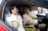 8月29日,山西省运城市,下班了董莎莎和小姐妹分享着开心的事情。