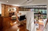 合二为一,是一个具有智慧的行为,设计师将两个建筑结合成一体,成为时尚个性的魅力住宅。这栋私人住宅位于澳大利亚的墨尔本郊区,由两个独立的屋子结合而成,内部宽敞而时尚,醒目的砖墙以及丰富的木质地板都带给人很深刻的印象。