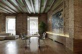 建筑师Gus Wüstemann设计的这座公寓位于巴塞罗那,复古之中又不失创意。其地板和墙面的和谐搭配更是堪称一绝,极具个性特色。交叉的浴室和厨房组成一个十字架的形状,Crusch alba(白十字)有助于提供公寓照明,毕竟自然光线是有限的。厨房配件可隐藏起来,浴室柜可以折叠,以便扩大孩子们的休息区。石头墙壁和天花板粉刷后都保留一层保护漆。(实习编辑:辛莉惠)
