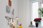 这间公寓位于瑞典一栋上世纪的公寓大楼中,目前,它被重新规划。公寓的格局并不是方正格局,设计师采用开放式的空间设计,让光线大量的进入室内,并以白色为底,蓝色点缀,就像是天空的白云和蓝天,整个空间既保留了历史的复古气息又重新融入了现代元素,不大的空间却安排的十分得当,温暖充满活力。(实习编辑:辛莉惠)
