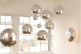不仅能带来光明,还能装点居室,金属灯具为房间画上了点睛之笔。金属材质的灯罩并不少见,但并不是所有人都能够欣赏它光与影交汇时的别样色彩。犹如收集星辰的余光,金属灯罩,映出了居室生活里每一个最美的瞬间。(实习编辑:辛莉惠)