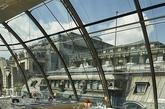 巴黎所蕴含的历史美感与氛围,是世界上任何一个城市都难以比拟的。在其传统的外表下,潜藏了许多新兴的前卫设计,这些新潮的设计不仅代表巴黎与时俱进的现代化发展,也在与巴黎传统建筑揉合之下产生新旧交错的衝突美感,而让巴黎更加令人著迷不已。其中,2003年开幕时即造成轰动的餐厅KONG就是代表之一, 在开业超过十年的今天依然是巴黎的人气餐厅。(实习编辑:江冬妮)