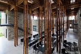 """山罗距离越南的首都河内有7小时车程,至今保留着大片原始森林和奇丽的山地景观。VTN 建筑团队最近在那里完成了一个餐厅项目。越南石墙千竿竹""""森林餐厅"""",建筑师充分利用当地的材料——石头和一种能生长到 8 米的竹子,带来了 8 幢相对独立的建筑单元和一个能容纳 750 位客人的露天餐厅。石头砌成墙壁、竹子交叉搭建成顶棚或梁柱,令这间餐厅不仅宽敞明亮,而且别具风情。(实习编辑:江冬妮)"""