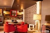 配套餐椅。鲜艳的红色格子,让餐厅仿佛弥漫着浓郁的香味,让人食欲大增。而红色的桌角与座椅搭配,很好地节约了空间,让人活动自如,十分舒适。