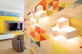 喜欢缤纷色彩又怕把家里搞得太过于花俏吗?看看来自Олейник Оксана 的俄罗斯34平米的彩色小公寓,客厅中的沙发等大家具维持低彩度的可可色,然后利用鲜艳的小件家饰,加上一张回收木桌,再搭配各式色彩的活泼壁纸,用暖色系串联整体居家空间,让家中变得明亮又充满朝气。(实习编辑:江冬妮)