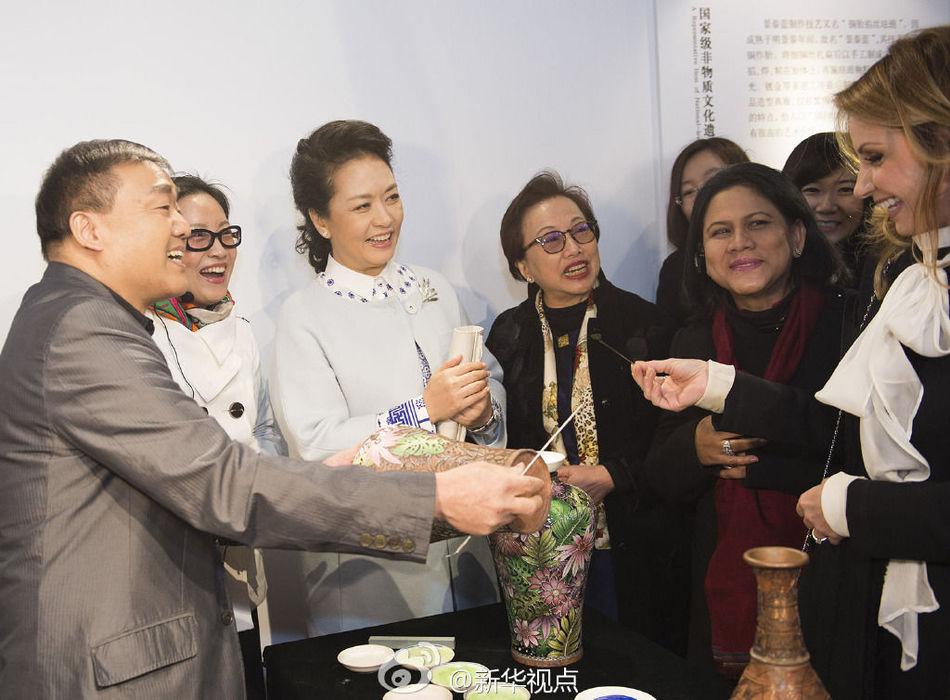 ,彭丽媛与出席2014年APEC领导人非正式会议的部分经济体领导图片