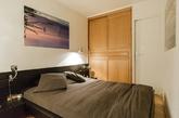 最后再深入进到卧房,深灰色的床加上柔和的灯光,让人瞬间放松沉淀了下来,非常具有助眠的效果,想提升睡眠品质的你可以试试看这样的搭配!