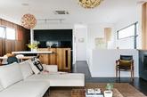 黑色地面外加白色天花板,为整个空间定下了令人敬畏而又庄重的基调。其间使用木质元素,家具,吊灯等,增添温暖氛围。