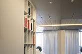 在未来的室内设计中,流体设计将会成为设计师们日后主攻的对象。Alexander Lysak先生负责这个高度现代化,而且散发出成熟和关注细节的方案,是一个通过最新技术无缝集成的空间。灯具以及一些现当代艺术将在其中占据主导地位。这些将致力于打造一个宁静的环境。在这样一个如此开放的计划中,要容纳如此多的内容,这相当不容易,而设计师都做到了。(实习编辑:江冬妮)