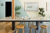 Snow Picnic 是一家位于日本东京中野区的冰激凌店,这里出售的冰激凌都采用液态氮现场制作,使冰激凌不仅满足味觉、亦带来视觉上的享受,Torafu   Architects事务所为其带来了店铺的整体设计。 从街道进入开始,店内地板呈逐步上升的阶梯式结构,设计师籍此将店内划分为多个功能区域:靠后的最高位置是敞亮、直观的厨房,继续往前根据地板瓷砖的变化,分别是进餐及休息区。柔和的墙壁色彩、搭配温馨的沙发各类家具、以及令人舒适放松的绿色植物,共同营建出了「家」一般的感觉。(实习编辑:刘宁馨)