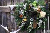 常青的槲寄生代表着希望和丰饶。圣诞节来临时,英国人都会悬挂被人们视为避邪物的槲寄生,还将它放在枕头下占卜梦境。现在,槲寄生已不再局限于枝条和花环的形式,而是被广泛运用到了其他家居设计中。(实习编辑:陈尚琪)