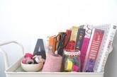 平面设计师阿什利·巴洛,她的丈夫蒂姆和他们的宠物马顿,在两年半年前搬进了这个家。整个家的装饰风格融合了质朴,复古与现代等各种风格。她喜欢老古董,并十分享受拥有它们的过程。她也喜欢画一些俏皮的老式蜉蝣,因此比较专注于亚克力纤维和纸的组成成分以及层次感,用手工缝纫技术将这些插图的碎片重新合成一体。这个具有特别分层的帽子形状的屋子在她的装饰风格中绝对是亮点。(实习编辑:刘宁馨)