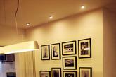 整个公寓的风格为北欧风格,用简洁线条,单一的色块与复古红砖等材质相结合,搭配工业水泥地面和工业金属吊灯等工业元素,诠释自由、复古、自然的设计风格。