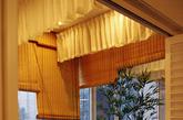 设计师结合阳台特点,大胆的在主卧阳台设计浴缸,结合青石、绿竹、竹帘、纱缦,营造出室内私人SPA的舒适空间。