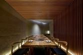 鹤一烧肉:在日本建筑语汇中条形隔扇一直是我们所常见到的,大量密实的直线条一定程度的体现日本审美的方式。日本浮世绘上对与雨的有趣表现方式,「江户名胜百景」是歌川广重的最后一组版画作,其中最著名的一幅即是「大桥骤雨」。(实习编辑:陈尚琪)