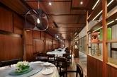 在客户实用主义的前提下, 设计师将港丽餐厅1200平方米的方正空间规划成5个用餐区块。除厨房,吧台等后厨区之外, 所有的外场用餐区域以香港都会映射模式呈现, 中间区域天花造型概念亦来自香港楼宇构筑的图腾。 同时,透过书架间隙静观另一拥挤热闹的用餐区, 能为不同的人们创造一个独属的美好一餐。(实习编辑:陈尚琪)
