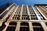 QT Sydney   QT Sydney坐落于悉尼购物区的两栋古迹建筑内, Gowings百货公司和州立剧院。仅离酒店几步之遥,是当地领先的设计师店铺和Westfield购物中心。除了是购物的天堂,酒店七彩缤纷的室内设计 和独特的艺术使这家200间客房的酒店变成了当地居民和旅客的热门景点。(实习编辑:周芝)