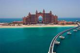 """阿联酋 迪拜亚特兰蒂斯号   可以说,这是一个颇为壮观的酒店设计——亚特兰蒂斯号坐落于迪拜著名的棕榈岛屿,拥有水下套房、水上公园等等。在那里,你可以和海豚一起游泳。这绝对够为引人注目了。""""(实习编辑:周芝)"""