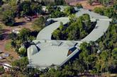 """澳大利亚 卡卡杜国家公园格古祖鳄鱼假日酒店   该酒店坐落于澳大利亚最大的国家公园中心,拥有一个巨型鳄鱼状的外观设计。在这里,你可以对大自然进行一番探索,玩一场休闲高尔夫或者网球,在当地的商店购物,驾驶四驱车旅行或者欣赏200米高的双子瀑布。""""(实习编辑:周芝)"""