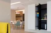这是馥阁设计位于内湖的住宅作品。设计师采用木质调色彩为基础,并通过过高彩度家具、艺术画作、地毯、窗帘、餐盘混合搭配,将住宅变身成大人小孩都爱的亲子宅。设计师表示空间越简单,弹性变化度越大,将来小朋友长大想换风格,重新配置家具即可,省去重新打造翻修花费。(实习编辑:陈尚琪)