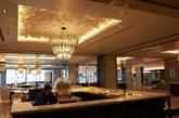 """日出东方凯宾斯基酒店 从侧面看,酒店建筑是扇贝的形状,扇贝在中国文化里代表了财富,配合酒店建筑正面的圆形""""旭日东升""""寓意,也代表着中国的蓬勃发展。如果从空中俯瞰,酒店的裙楼形状酷似""""祥云"""",也代表了中国文化中""""彩云追日""""的浪漫寓意。建筑群占地14平方公里,共有595间客房和套房,可同时容纳1400人就餐的大宴会厅,还有14间餐厅和酒吧。(实习编辑:周芝)"""