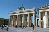 新古典主义风格 当你看到一座建筑像毛主席/林肯纪念堂,有很多一排排的婚纱摄影店必备柱子,很希腊很罗马时,那叫做新古典主义风格。(实习编辑:周芝)