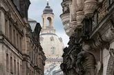 巴洛克风格 当你看到一座建筑好像梵蒂岗的教堂或者歌剧院,富丽堂皇,外面有弯曲的弧面,例如大圆顶,上头有好多雕塑,看起来整个就像个大雕塑,叫它巴洛克风格多半没错。(实习编辑:周芝)