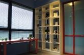 这是一个用英伦经典三色打造的童话风三居室公寓。大小不一的矩形柜体上,粉红、粉蓝、鹅黄与嫩绿的马卡龙色彩妆点出入门风景的缤纷表情,与众不同的配色层次引领人们进入一个色彩的不思议世界。计师将原有的四房格局,改以2+1房大尺度呈现,让个人的使用空间更充裕。