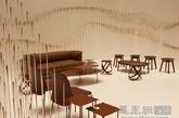 """这是日本Nendo工作室在巴黎家具装饰博览会(Maison&Objet Paris)上创造了一个由2000个根被涂刷成巧克力色的铝管制成的游客休息厅,将把这个休息空间与其他展位区隔开来。里面将摆放 nendo为 Cappellini、Desalto、Glas Italia、Emeco、Offecct以及 Moroso 等品牌设计的家具作品。 同时,一套精心设计的巧克力套装""""Chocolatexture""""也会放在 Chocolate Lounge 里,供游客购买和品尝。(实习编辑:周芝)"""