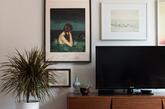 家具设计师凯蒂斯凯尔顿和她丈夫卓尔在这个两居室里构建了一个功能齐全的家,这里还是她的家居设计室。这里光线充足,高高的天花板以及这个开放式的起居空间。更重要的是有个次卧,可以放一些杂物,这样在周末时清扫会更容易。对他们来说,有一个功能齐全的工作室,娱乐空间,开放式客厅/厨房,这就已经很好了。(实习编辑:周芝)