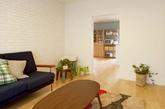 喜欢日式简约风格和巴黎色彩公寓吗?来看看这间由Simple House 改造,位于日本大阪的40 年老屋!屋主期待仿造巴黎简约公寓,餐厅里优雅的水蓝色墙面保留白边,为简约的空间打造聚焦重点。(实习编辑:陈尚琪)