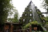 """火山酒店:智利新开设了一家旅馆,在这里,你肯定会受到热烈的欢迎,因为这是一家伪装成火山的旅馆。虽然火山是假的,但是在这家""""梦妮坦魔法旅馆"""",每天都会有水流从顶部喷涌,从12个房间外面流下,就像火山的熔岩一样。这个仙境般的小旅馆藏身于智利南部Huilo Huilo30万英亩的生物保护中心,勇敢的探险者必须通过旅馆的天桥小径才能进入该旅馆。 (实习编辑:周芝)"""