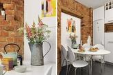 一走进门厅,就可以直接到达主要的生活空间。社交区的灯光以及强烈的色彩对比都毫不夸张得说是十分迷人。在瑞典漫长的晚上,这个令人愉悦的室内,满是书籍和图片,也是一个不错的避难所。厨房展示出明显的个性,通过裸露的圆形砖墙,给整个室内增加了乡村的风味。(实习编辑:陈尚琪)
