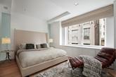 这间复式公寓位于纽约中心公园以西,由一所战前建筑翻新而成。公寓由workshop/apd 设计。这间Loft公寓有着吸引人的设计,白色和米黄色的配色定义了整个空间的舒缓基调。橡木地板,木质收纳单元以及中心的木制楼梯为这间公寓增添温馨的氛围。复层公寓还有一些其他的引人之处,公寓首层的客厅有着两层高,大大的落地窗,同时壁炉中燃着木材,跳跃的火苗增添了一丝丝温暖。二层配有主卧,奢华浴室以及超大型的步入壁橱,窗外隐约可见中心公园。次卧位于旁边,也同样有着配套家具和卫浴。体贴的设计,成套的细木工产品,在屋中随处可见。(实习编辑:周芝)