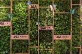 """电梯厅生机勃勃的绿植墙,在公司形象logo的设计上,别出心裁的采用了""""图片"""