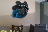 空间选用的搭配颜色以冷色调为主,营造一种淡定冷静的氛围。没有多余的装饰物,看上去简单整洁。陈设的家居时尚优雅,给家一种设计感。从客厅到厨房,卧室多用木质板材,古朴而庄重。(实习编辑:周芝)