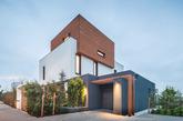 这是罗马尼亚琥珀花园简约绿色住宅设计,住宅外侧开放宽敞,带来良好的采光。住宅室内采用现代风格,简约而有层次感。木质板材营造质朴自然风格,室内整洁简约,带来清晰质感。在这里,有一份独一无二的宁静感。(实习编辑:周芝)