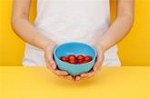 """""""GLOP""""是一组拥有各种功能的食物容器,由西班牙设计师berta julià sala创作。这些容器可以作为一个杯子、面条碗、碟、瓶、搅拌碗,或其它任何东西你能想到的。白金硅胶材料独具的柔软性,让用户可以通过简单的手势任意更改器皿的形状,使液体更精确地流到另一个容器中。(实习编辑:谭婉仪)"""