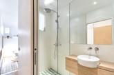 这是巴黎30平小公寓设计,明亮的空间设计使家变得宽敞洁净。阳光可透过多扇窗户照进家,让家多面都充满阳光。开放式的厨房,让做饭都成为一种艺术。虽然只有30平米,但是一经设计师改造,便不觉于此。(实习编辑:周芝)