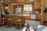 "1. Don和Betty的温馨四口之家。Don和Betty的家,总体来说还是温馨的,包括地毯和窗帘的花纹图案,或是家中木质的厨房就可看出。这也突出了""女人持家""的一面:Betty对家庭的照顾在此可见一斑。(实习编辑:周芝)"